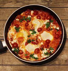 Kein Gericht habe ich jemals so schnell nachgekocht, wie Shakshuka aus der TV Serie Kitchen Impossible mit Tim Mälzer. Es ist ein echter Knaller!