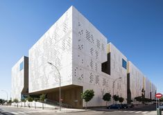 Completed in 2017 in Córdoba, Spain. Images by Fernando Alda. The new Palace of Justice in Córdoba is located in Arroyo del Moro which is characteristically dominated by anonymous housing blocks, products of the...