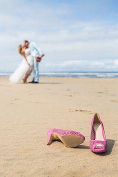 Trouwen op het strand, bij een restaurant | ThePerfectWedding.nl Engagement Couple, Got Married, Wedding Inspiration, Wedding Photography, Couples, Wedding Beach, Pictures, Photo Shoot, Wedding