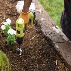 The Garden Spiral Hole Drill Planter is a handy gardening tool that's ideal for planting bulbs, bedding plants and seedlings. This garden auger spiral drill bi