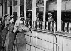 """photos-de-france: """" Femmes travaillant à la mine, nettoyage et vérification des lampes des mineurs, France, 1900s. """""""