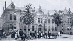 Het St Anthonius-gesticht op de Nieuwe Binnenweg. opname uit 1903. Het gebouw werd in 1902 in gebruik genomen. Initiatiefnemer was het in 1857 opgerichte R.K. Parochiaal Armbestuur van Rotterdam. In de zijvleugels waren in strikt gescheiden secties de jongens en meisjes wezen en de mannelijke en vrouwelijke bejaarden ondergebracht. Ook de verzorgende en verplegende staf - zusters - vond onderdak in het gebouw. Tussen de vleugels van het gebouw lagen mooie tuinen; ook vond je daar een kapel.