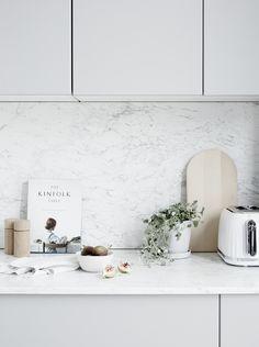 Des meubles blanc, un plan de travail en marbre, des accessoires blancs et bois clair pour une cuisine lumineuse, minimaliste, épurée, facile à nettoyer et délicieusement tendance #kinfolk #deco #cuisine #blanc