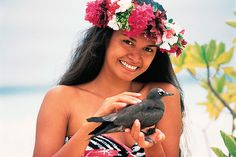 As ilhas taitianas compõem um roteiro sob medida para viajantes exigentes, com direito a hospedagem em exclusivos bangalôs sobre o mar, cuisine estrelada e muita mordomia. Situadas na Polinésia Francesa, local de inúmeras belezas naturais, suas ilhas ainda conservam um modo de vida tradicional aliado ao charme e riqueza de seu território, com inúmeras lagoas de águas claras, quentes e milhares de peixes coloridos.