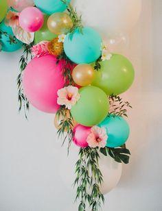 Tropische kleurrijke ballon decoratie met bloemen voor een kinderfeestje