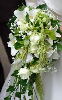 Brautstrauß: Wasserfall aus weißen Rosen und Callas / bridal bouquet