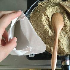 今日は、すべての女子の敵、「冷え」に効果的な手作りグッズをご紹介します。これはぬかでできたホッカイロのようなもので、私の中では「ぬカイロ」とか「ぬかチン」と呼んでいます。あと「ぬかぽん」とか「ぬかパック」とも言いますね。お産のときに助産師さんからこのレシピを教えてもらい、妊婦のころから使い続けています。(今でも毎年作り替えて子どもと一緒に使っています)湯たんぽはお湯を沸かして入れるという手間が発生するので、このぬカイロの方が楽ちんで好きでしたね。もちろんお好きなサイズで構いませんが、私が使いやすいのはこの12cm×20cmのサイズでした。