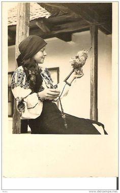 Romanian spinner; Muntenia Spinning Wool, Hand Spinning, Spinning Wheels, Old Photos, Vintage Photos, Sheep Breeds, Traditional Art, Romania, Fiber Art