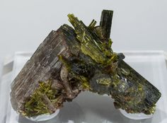 Axinite-(Mn) with Epidote and Andradite, Canta, Canta District, Canta Province, Lima Department  Peru. Sharp Axinite-(Mn) doubly terminated crystals, between transparent and translucent, very bright, and on matrix with Epidote crystals.   Specimen size: 5.3 × 3.4 × 2.9 cm.  Main crystal size: 3.4 × 1.2 cm