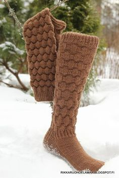 Rikkaruohoelämää: Viimeisimmät sukkatuotokset Loom Knitting, Knitting Socks, Knitting Patterns, Crochet Patterns, Crochet Gifts, Cute Crochet, Knit Crochet, Cozy Socks, Boot Cuffs