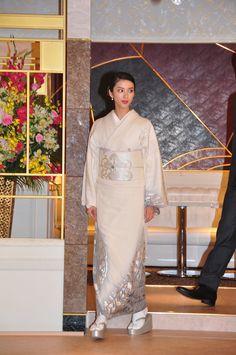 黒革の手帖 Japanese Costume, Japanese Kimono, Real Style, My Style, Kimono Dress, Yukata, Girls Wear, Costumes For Women, Traditional Outfits