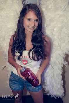 me2 Promotionmodel Sabrina bei der Verköstigung von Xellent
