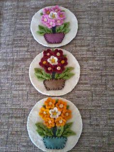 ideas for flowers diy felt brooches Felt Diy, Felt Crafts, Fabric Crafts, Felt Embroidery, Felt Applique, Felt Flowers, Fabric Flowers, Diy Flowers, Felt Brooch
