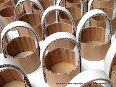 Les petits paniers en carton de Sylvie - atelierchezsoi Diy Gift Box, Diy Box, Diy Crafts For Gifts, Crafts For Kids, Cardboard Box Crafts, Flower Girl Basket, Basket Decoration, Diy Birthday, Diy Flowers