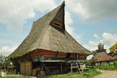 """El pueblo Karo vive en las tierras altas del noreste del lago Toba, en el norte de Sumatra, Indonesia. Las tierras altas fueron conquistadas por los holandeses y en 1909 se construyeron carreteras poniendo fin al aislamiento de las tierras altas Karo. Esta es una sus casas tradicionales, una """"rumah"""" Más en www.naturalhomes.org/es/homes/karo-batak.htm"""