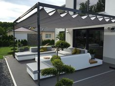 Unsere elektrische Pergola Faltdach Markise überzeugt durch Ihre Kompakt… Our electric pergola folding roof awning convinces with its compactness and features and becomes comfortable over a radio hand transmitter Diy Pergola, Wooden Pergola, Outdoor Pergola, Diy Patio, Cheap Pergola, Pergola Garden, Pergola Lighting, Pergola Attached To House, Pergola With Roof