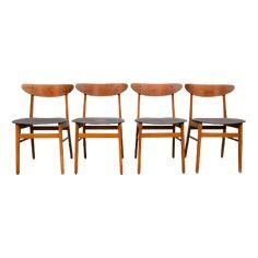 Set van 4 vintage Deens design teak/beuken eetkamerstoelen model 210, ontworpen door Farstrup in de jaren 60 in Denemarken. De stoelen hebben een beuken onderstel en een teak plywood rugleuning. De stoelen hebben een licht-grijze bekleding welke nog in redelijke/goede staat verkeert. Trendy set welke een ware aanvulling in uw interieur zal zijn ! Producent/Ontwerper: Farstrup Maatvoering: 79 cm hoog, 47 cm breed, 47 cm diep, zithoogte 45 cm Materialen: Teak/beuken/stof Het is mogelijk een andere