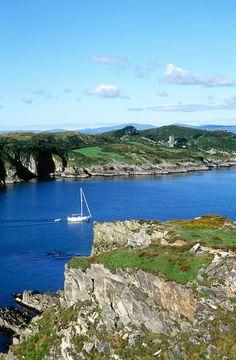 View to Sherkin Island cliffs from Baltimore, County Cork, Ireland. Ireland Beach, Cork Ireland, Ireland Travel, Places To Travel, Places To Visit, Images Of Ireland, West Cork, Castles In Ireland, Irish Landscape