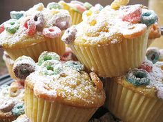 Fruit Loop Cupcakes.... interesting! I don't like Fruit Loops, but these actually sound tasty... maybe with Fruity Pebbles? hmmm