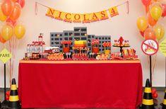Como o Nicolas é fã dos bombeiros, não teve dúvida ao escolher o tema de seu quarto aniversário! A partir disso, a Caraminholando produziu uma decoração li