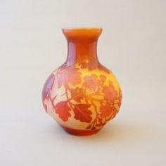 「エミール・ガレ「アザミ文様 角形花瓶」」の作品写真と詳細をご紹介。