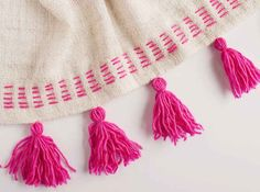 DIY Tassel blanket using IKEA blanket and handmade yarn tassels Embroidery Stitches, Hand Embroidery, Embroidery Designs, Do It Yourself Mode, Craft Projects, Sewing Projects, Bordados E Cia, Diy Couture, Lana