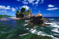 Tanah Lot Temple (Bali, Indonesia) - Located only 20 meters away from coastal lip. The sunset here is super gorgeous. I know sunset is gorgeous everywhere, but the view from here just multiplies it by or even more. Voyage Bali, Destination Voyage, Pamukkale, Beautiful Places To Visit, Places To See, Amazing Places, Best Tropical Vacations, Lago Moraine, Temple Bali