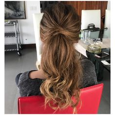 A messy ponytail perfect for a wedding guest or prom #messyponytail #ponytail #blonde