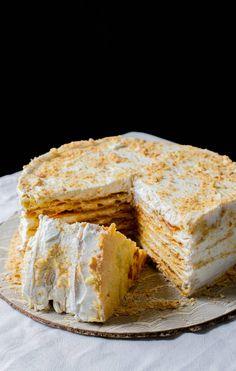 La torta pompadour plátano o almendra es muy famosa en Rancagua, es una mil hojas con crema Chantilly y esencia de almendras o plátano. Deliciosa. Torta Pompadour, Empanadas, Carrot Cake, Apple Pie, Camembert Cheese, Cake Recipes, Bread, Cooking, Sweet