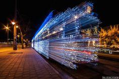 Si jamais vous vous trouvez à Budapest, en Hongrie, à la période de Noël, vous pourrez vous émerveiller devant les tramways décorés de plus de 30 000 ampoules led.  En effet, depuis 2009, à chaque hiver, la ville habille ses tramways de milliers de lumières blanches et bleues scintillantes. Le résultat est incroyable, surtout lorsque les tramways sont en mouvement, cela crée des véhicules futuristes qui semblent voyager dans le temps !