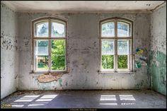 Lost Place - Grabowsee...Lichteinfall #Grabowsee #Brandenburg #IG_Deutschland #ig_germany #biancabuergerphotography #visitbrandenburg #lostplaces #lostplace #lostplacesgermany #grabowseeheilstätten #canondeutschland #canon #CanonEOS5DIII #5Diii #pickmotion #igersgermany #shootcamp #shootcamp_ig #AOV5k #Fenster #windows
