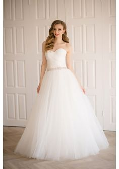 Chapel train, Zipper back, Sweetheart neckline, Natural waistline, Can be done in ivory or white color, Made to measure, Fabric: tulle