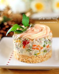 de Salata Boeuf Tort of salata boeuf - decorated minitortTort of salata boeuf - decorated minitort Avocado Salad Recipes, Bean Salad Recipes, Amazing Food Decoration, Salad Cake, Pumpkin Smoothie, Good Food, Yummy Food, Romanian Food, Appetisers