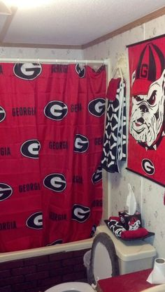Uga house decor - House and home design Bathroom Furniture Design, Modern Bathroom Decor, Simple Bathroom, Bathroom Ideas, Bathroom Rug Sets, Bathrooms, Georgia Bulldog Room, Georgia Bulldogs Football, Uga Bulldog