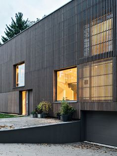 Wohnen auf Split-Leveln: Haus P in Berlin von BFS Design Pine facade: The slats create a play of views and views and filter the daylight. House P by BFS D Architects I Photo: Annette Kisling, Berlin Design Your Dream House, House Design, Wooden Facade, Steel Barns, Timber Buildings, Facade Lighting, Dark House, Facade Design, Wooden House