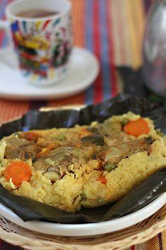 En Colombia, como en otros países, los tamales son una tradición. Esta, es una de las muchas recetas de tamales que se preparan en las diferentes regiones de nuestro país. Hay una gran variedad, por nombrar algunos están los tamales bogotanos, los vallunos, los tolimenses, los nariñences, los antioqueños, etc. Aparentemente se ve complicado, pero en realidad no lo es. Lo que sí tiene es varios pasos y se toma su tiempo, por eso es un buen plan para hacerlo con la familia, Colombian Dishes, Colombian Cuisine, Colombian Recipes, Traditional Colombian Food, South American Dishes, American Food, Columbia Food, Guatemalan Recipes, Tamale Recipe