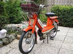 peugeot brommer 103. de kleur klopt zelfs, ik had er alleen geen mandje op. Moped Scooter, Vespa, Retro Caravan, Car Humor, Cars And Motorcycles, Peugeot, 1975, Bike, Memories