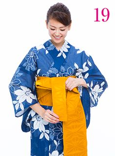 帯の短い方(テ)をその上から巻きつけ、輪の中に右側から左側に引き抜きます。 #浴衣 #yukata #kimono #AneCan #葛岡碧 #帯