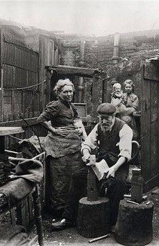 Old East End London England, Backyard blacksmith making shovels in London's East End. Victorian Life, Victorian London, Vintage London, Old London, London City, Victorian Photos, London Street, Vintage Pictures, Old Pictures