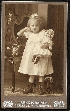 vintage fotos Girl With Doll by ShutterlyHappy, vi - vintage Vintage Abbildungen, Vintage Girls, Vintage Postcards, Vintage Children Photos, Vintage Pictures, Vintage Images, Old Dolls, Antique Dolls, Vintage Illustration
