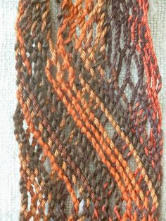 """Intertwined sprang door Ria Hooghiemstra Ria: """"Bij intertwined sprang kruis je paren draden met elkaar. Zo blijven de paren bij elkaar, in tegenstelling tot interlaced sprang. Als je het gaat combineren is ook leuk. Je kunt ook met interlinked sprang combineren."""""""