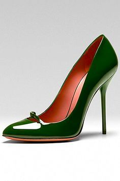 Style Inspiration: Can we admire these green patent leather Gucci pumps for a second? They will take you from the office, to after work drinks with friends and anywhere in between! can I just stand here for a bit? Hot Shoes, Crazy Shoes, Women's Shoes, Me Too Shoes, Shoe Boots, Mules Shoes, Pretty Shoes, Beautiful Shoes, Tom Ford