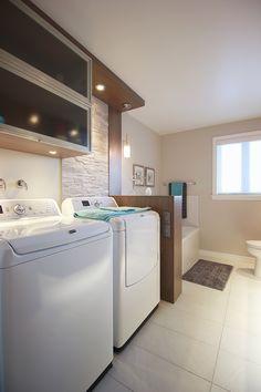 Jolie salle de bain avec espace pour la laveuse et la sécheuse ...