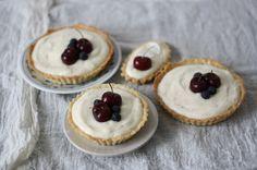 Recept pochází znádherné kuchařky Tartine, kterou mi můj milý loni přivezl zcesty Amerikou. Cheesecake, Berries, Strawberry, Tarts, Advent, Food, Mince Pies, Pies, Cheesecakes