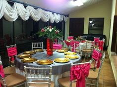 Decoracion de sillas, mesa y arreglo floral