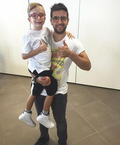 Repost barone_piero  Pochi mesi fa guardando un programma in tv ho visto un bambino che mi imitava cantando Grande Amore con gli occhiali rossi...oggi ho avuto il piacere di abbracciare Pietro😉 #piccolitalenticrescono #pequenosgigantes @belenrodriguezreal #pietro #grandeamore