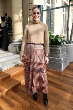Olivia Palermo attends the Valentino show as part of the Paris Fashion Week Womenswear Fall/Winter on March 5 2017 in Paris France Estilo Olivia Palermo, Olivia Palermo Lookbook, Olivia Palermo Style, Star Fashion, Girl Fashion, Paris Fashion, Long Skirt Outfits, Long Skirts, Jessica Parker