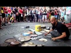 Baterista faz show techno com sucata na rua - Super Pérolas