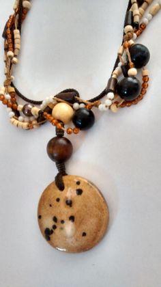 Collar, colgante en cerámica horneada. Cadena en beads de madera y resina. CRIVÁT ...