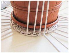 процесс вязания карзины из трубочек